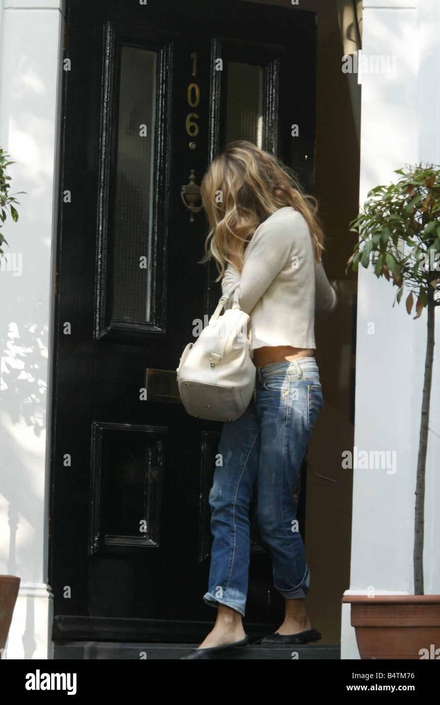Sienna Miller teilt 8. August 2005 verlassen der Heimat sie mit Jude Law House Residence Film Schauspielerin Schauspieler Stockbild