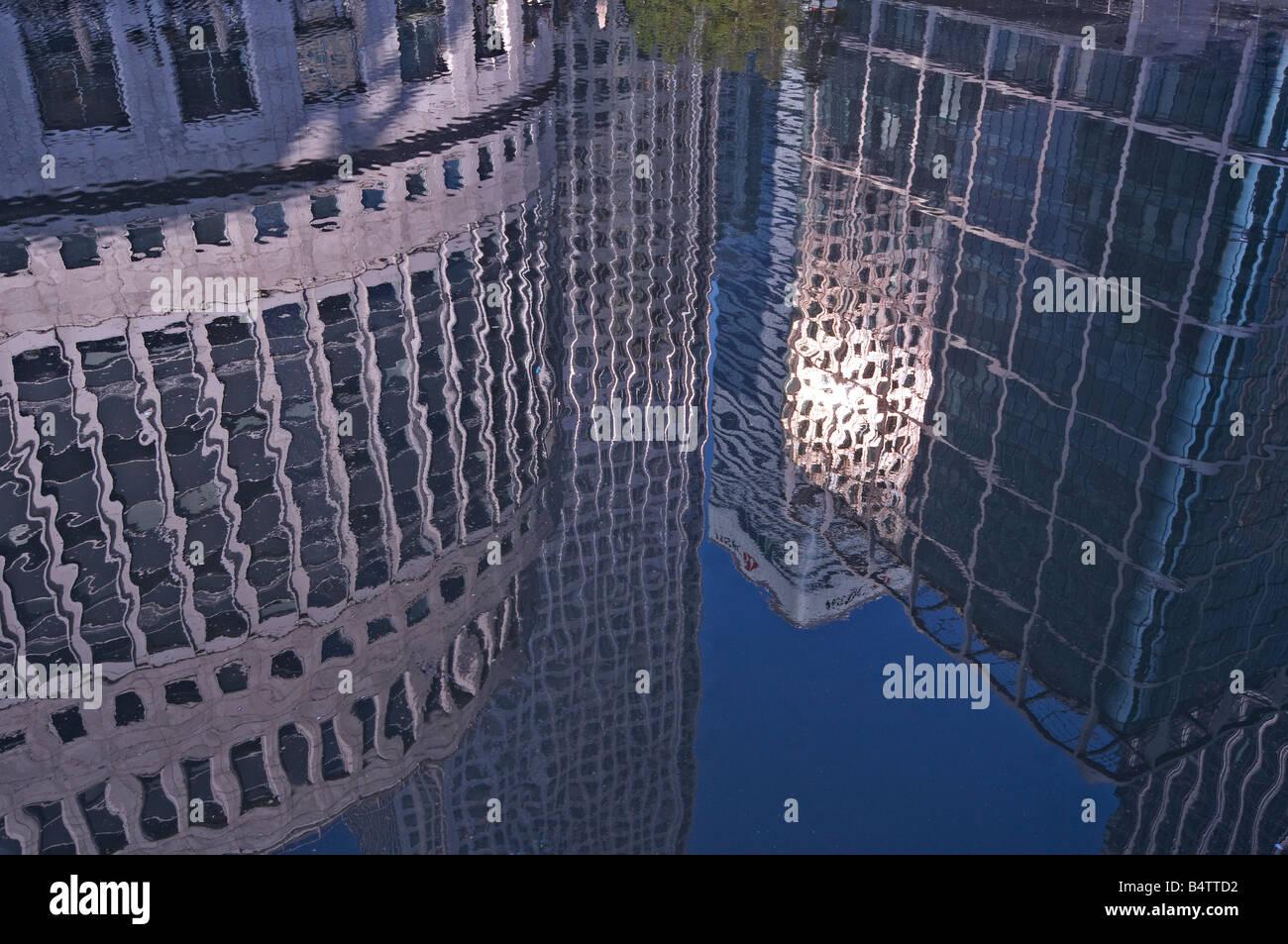 Stadt-Reflexionen in Canary Wharf Stockbild