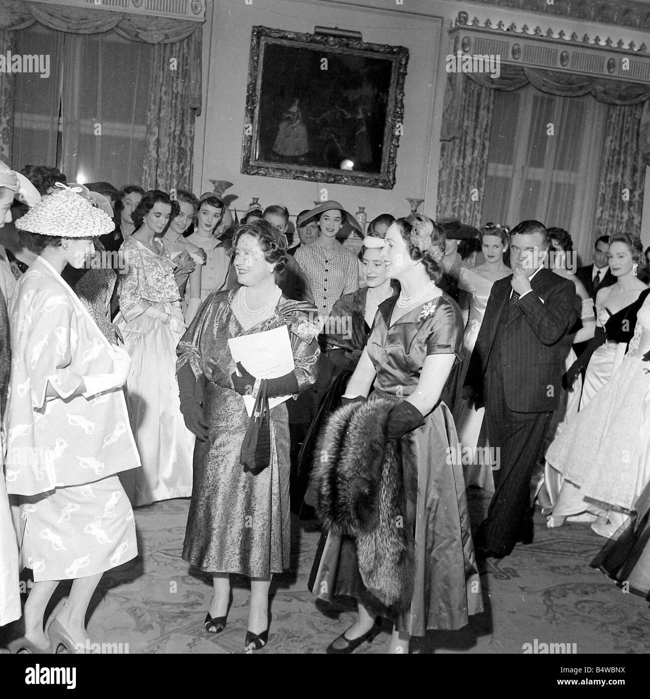 Die Königinmutter und Prinzessin Margaret gesehen hier auf dem Salon ...