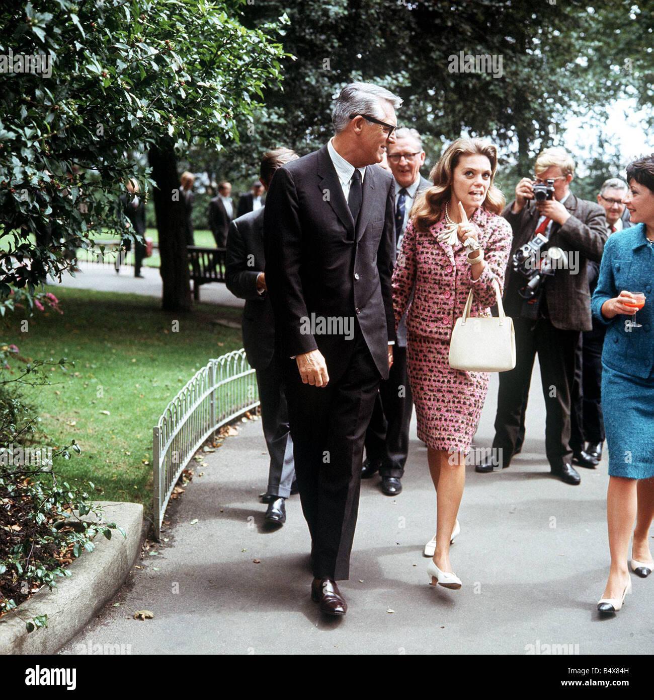 Cary Grant zu Fuß in Embankment Gardens mit Frau Dyan Stockbild