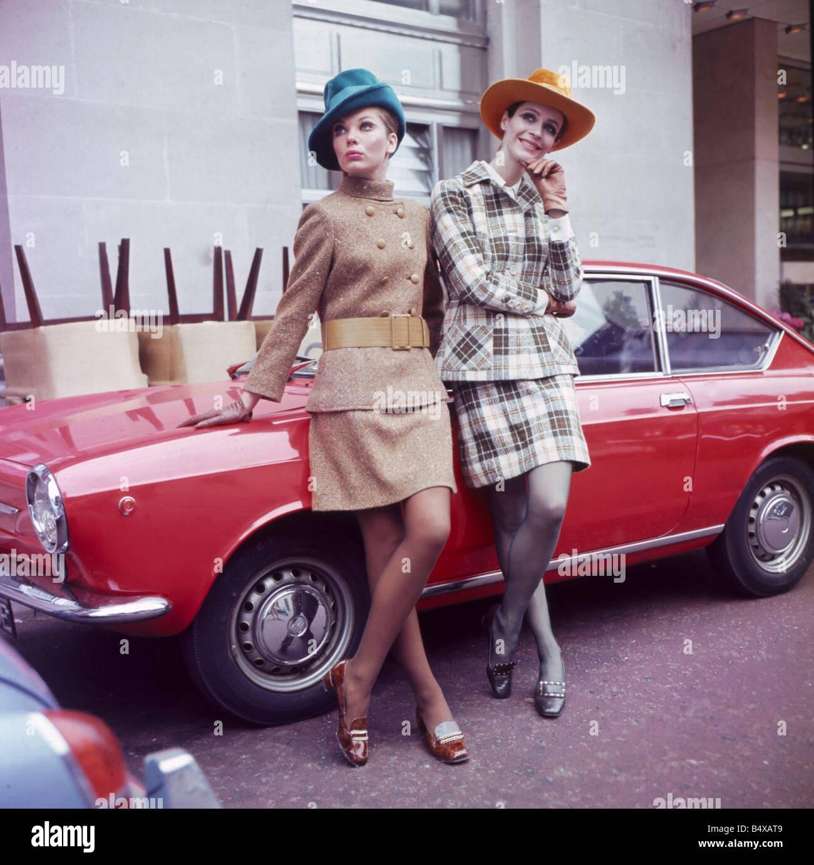 60er Jahre Mode Der 1960er Jahre Kleidung Frauen Mit Hüten Stützte