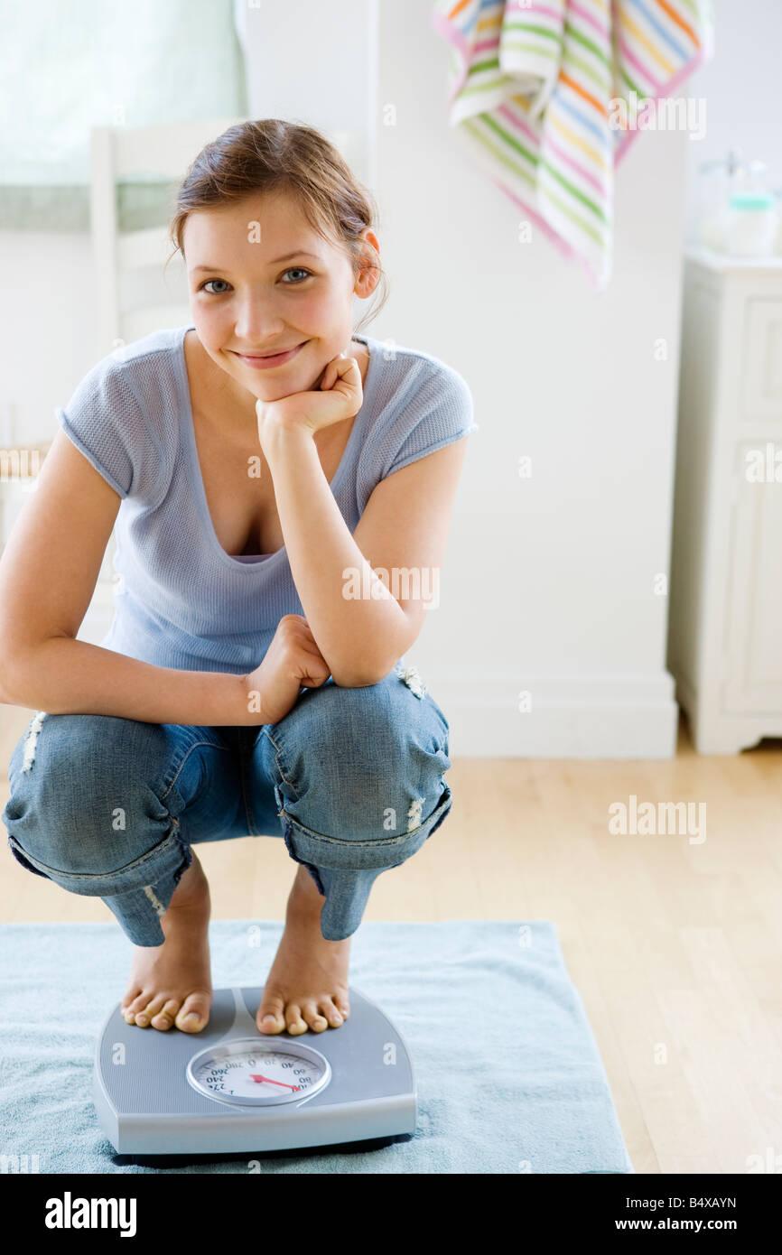 Teenager-Mädchen stehen auf der Waage im Badezimmer Stockfoto, Bild ...
