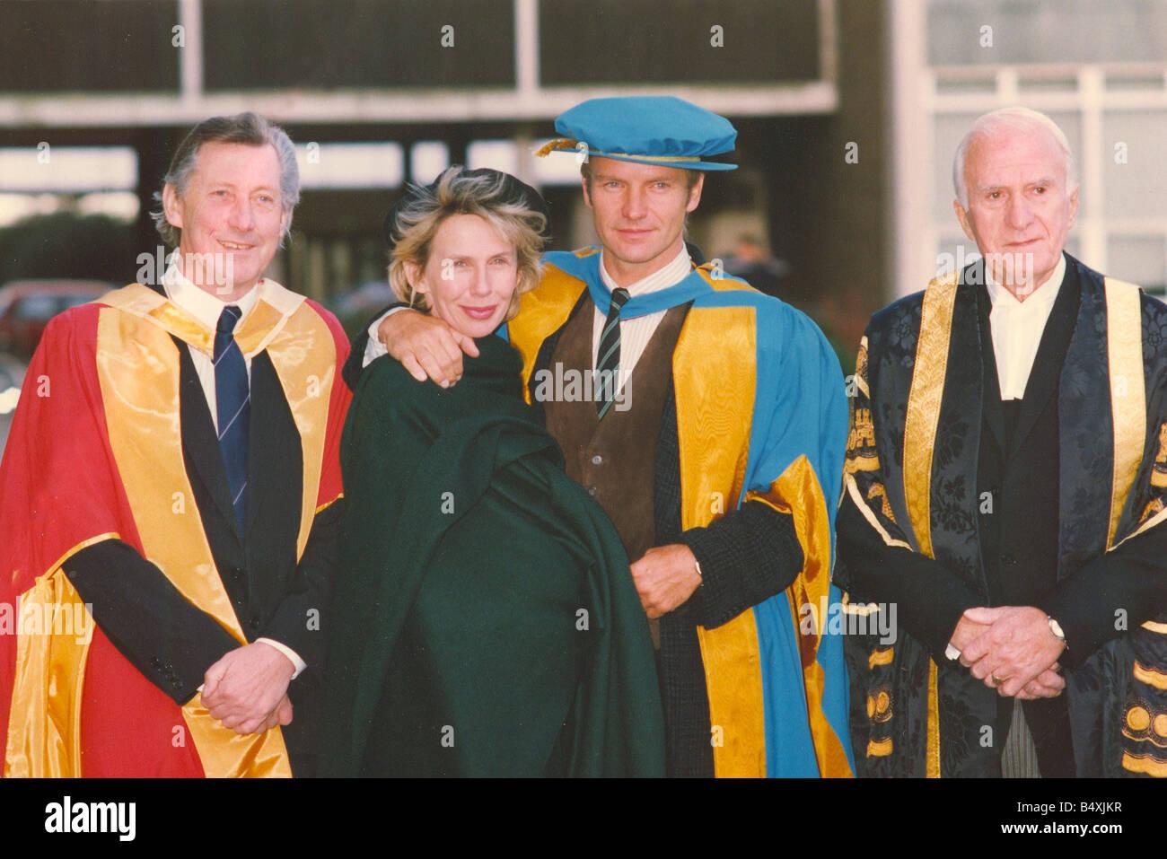 LIB-Sänger Sting Erhalt seiner Ehrendoktorat von Musik von der University of Northumbria für seinen Beitrag zu den Künsten und sein Einfluss auf die Ökologie Bild mit seiner Frau Trudie Styler 13. November 1992 Stockfoto