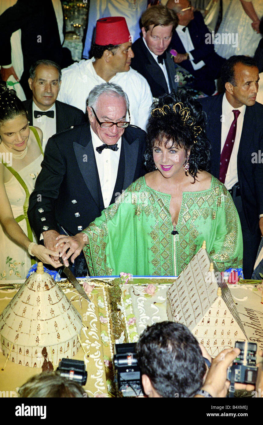 Malcolm Forbes 70th Birthday Party August 1989 Elizabeth Taylor Stand Neben Ihm Als Er Schneidet Die Geburtstagstorte Und Robert Maxwell Hinter Einen