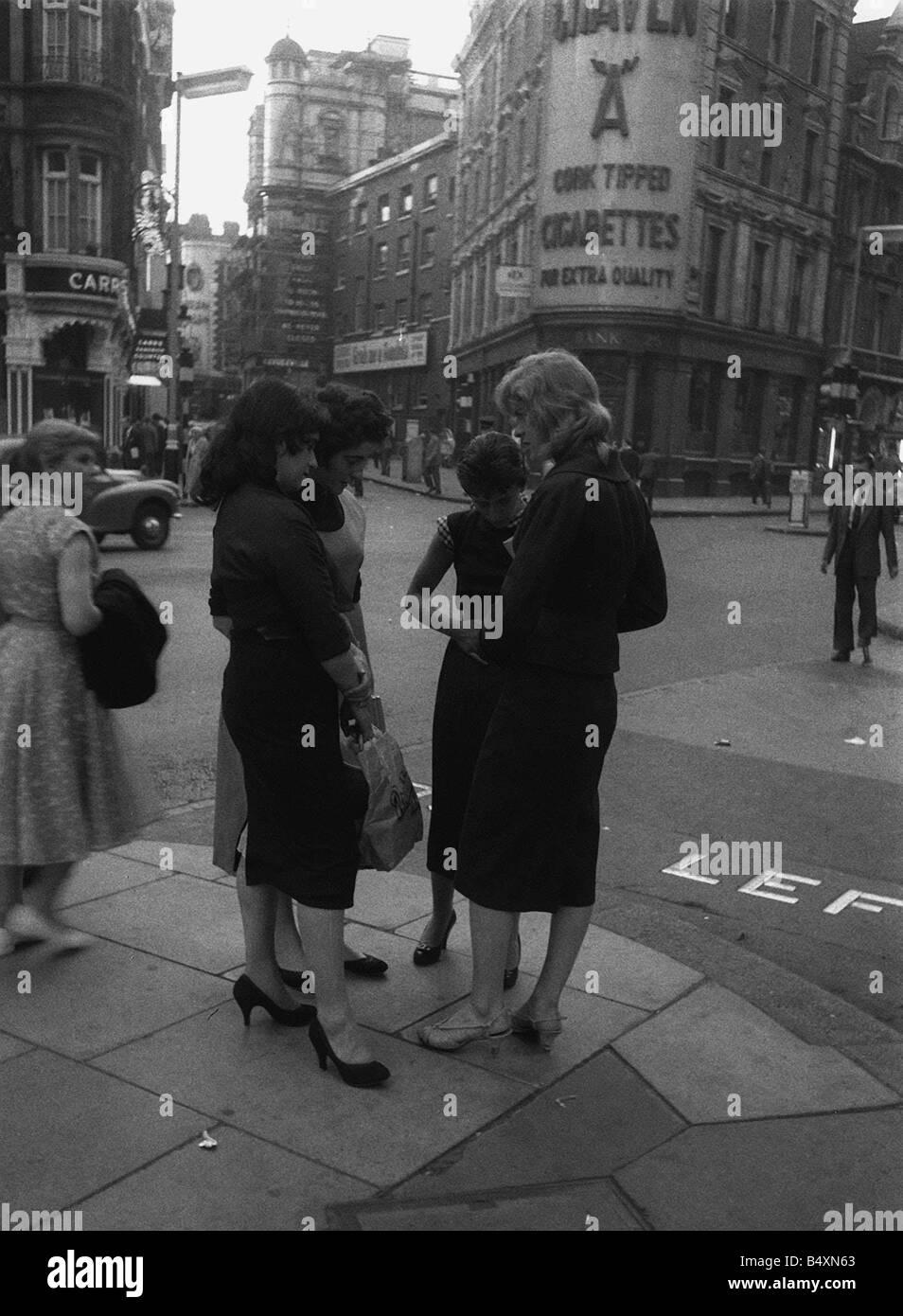 Jugend Mode 1957 London A neues Outfit einen neuen Diskussionspunkt der sechziger Jahre sah, dass London als Stadt Stockbild