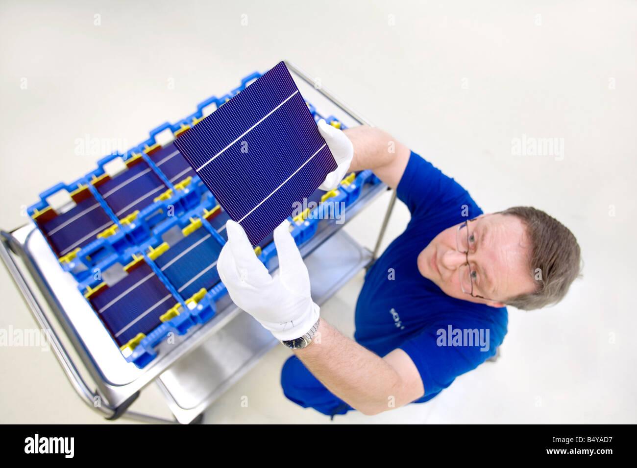 Die SCHOTT Solar AG Produktion von Solarzellen Arbeiter mit Solarzellen versandfertig Stockbild