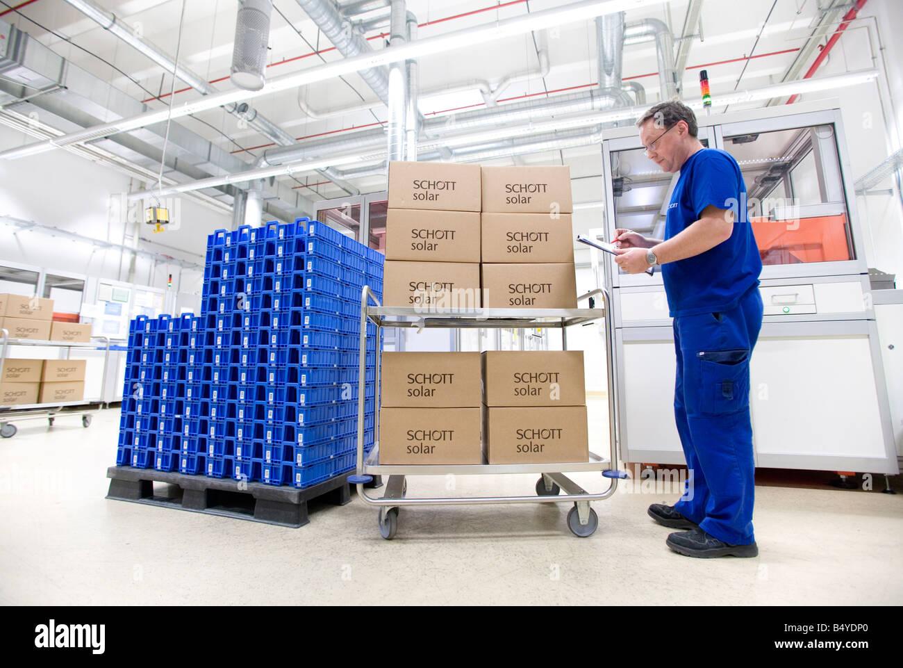 Die SCHOTT Solar AG Produktion von Solarzellen Arbeiter mit verpackten Solarzellen versandfertig Stockbild