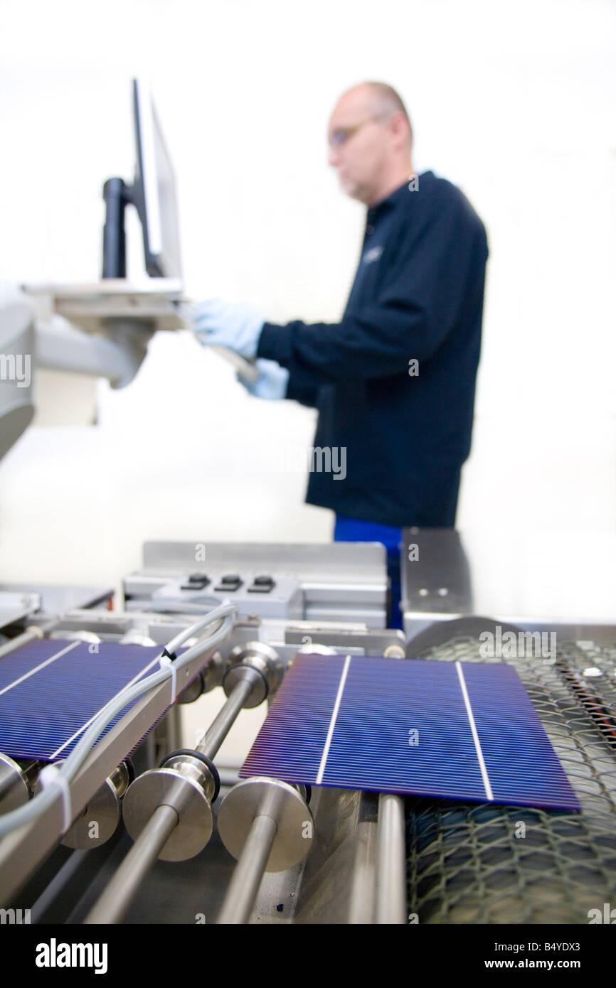 Die SCHOTT Solar AG Produktion von Solarzellen Arbeiter, die Steuerung der Fertigung an einen computer Stockbild