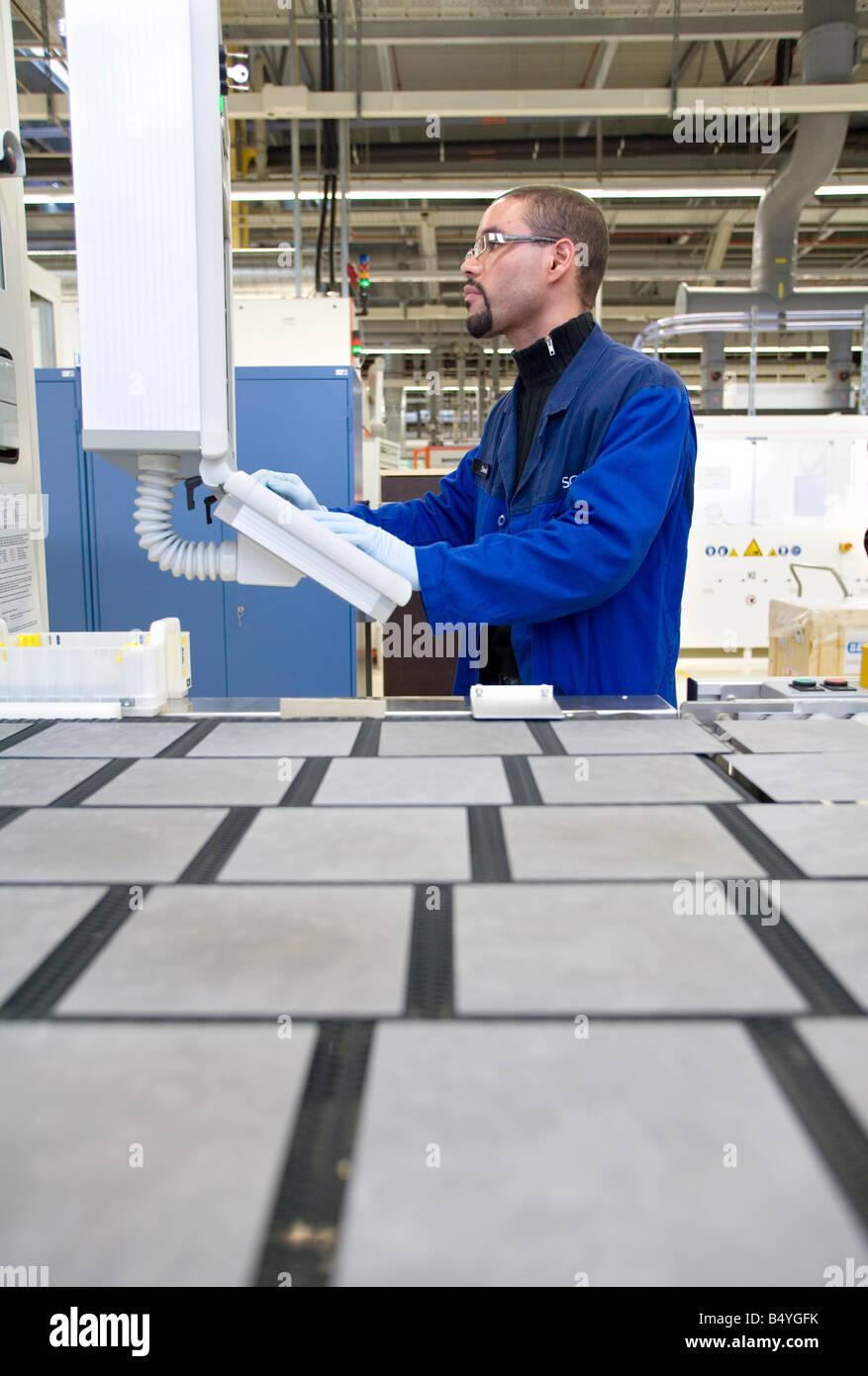 Die SCHOTT Solar AG Produktion von Solarzellen Arbeiter Steuerung des Produktionsprozesses der Wafer an einem computer Stockbild