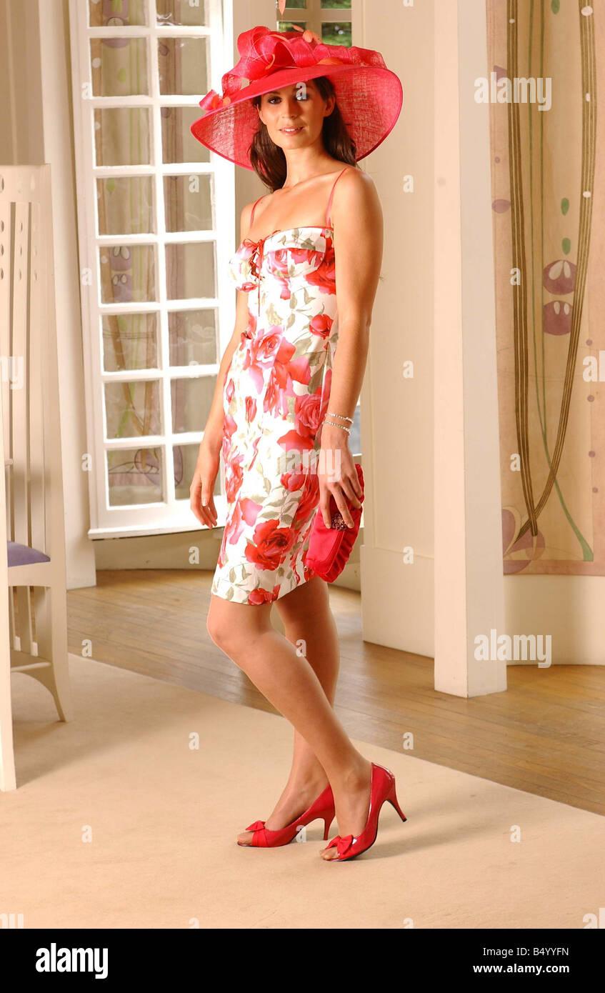 Hochzeit Mode Juli 2006 Modell Ellie tragen rosa geblümten Kleid und ...