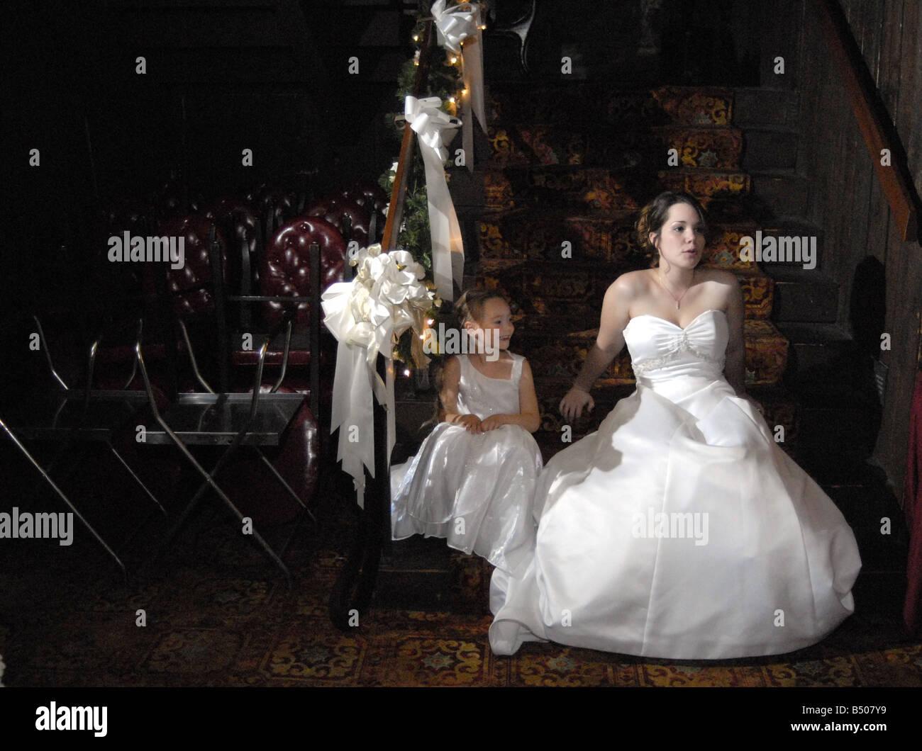 Ein Blumenmadchen Und Braut Sitzen Auf Treppen Die Nach Einer