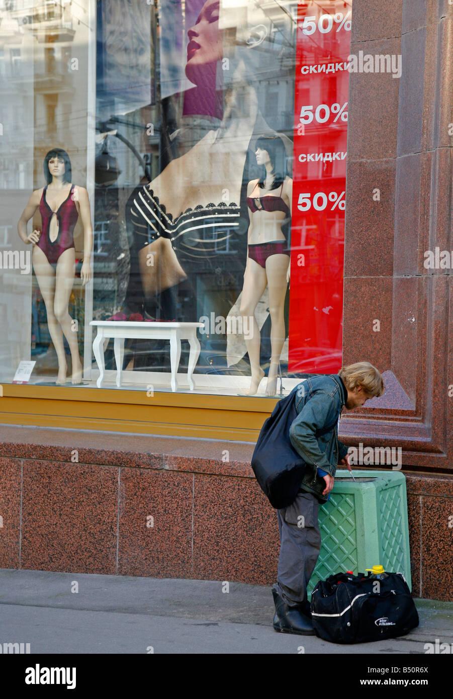 Sep 2008 - armer Mann, Blick auf den Papierkorb bin Moskau Russland Stockbild