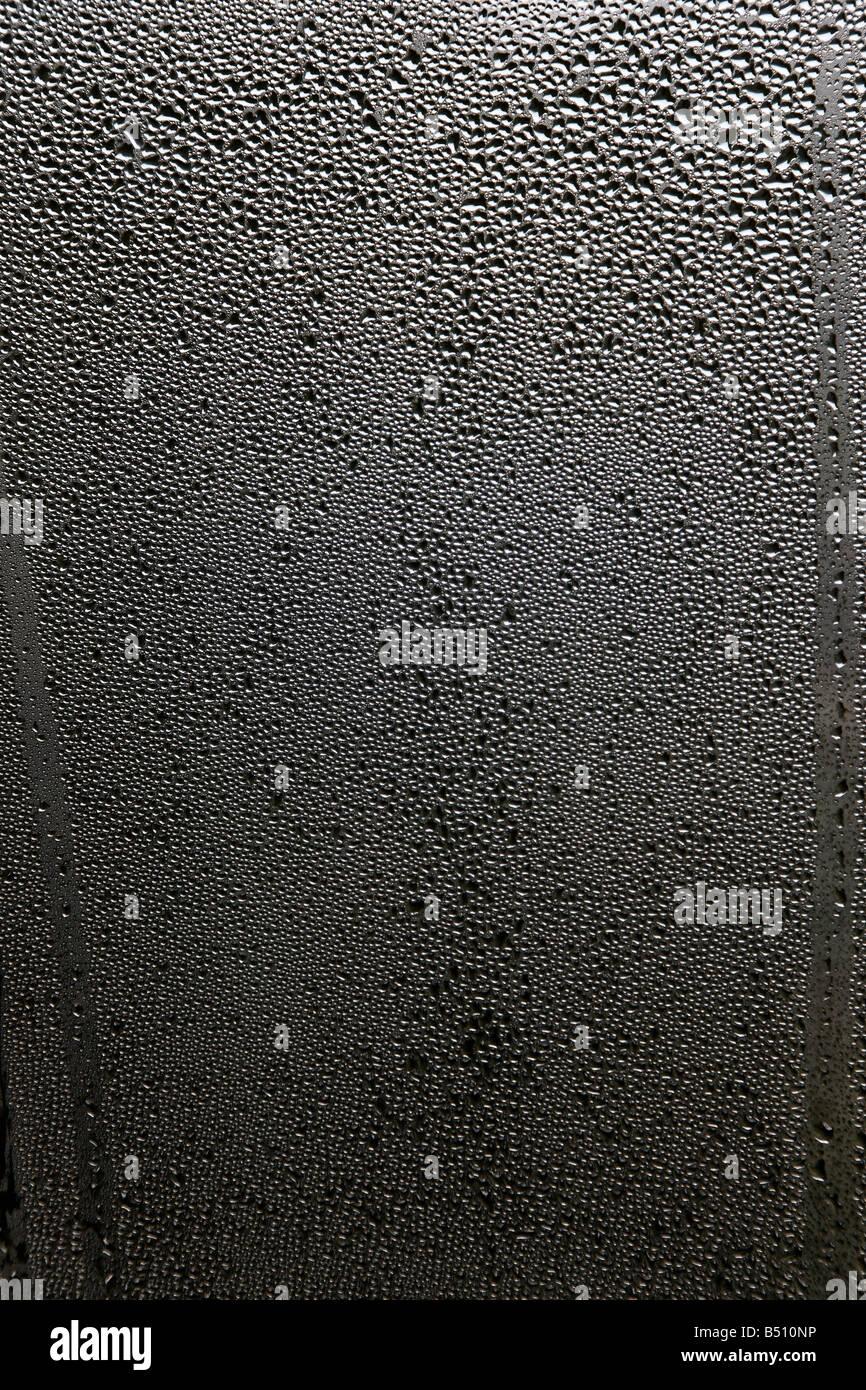 Kondensation in einem Fenster Stockbild