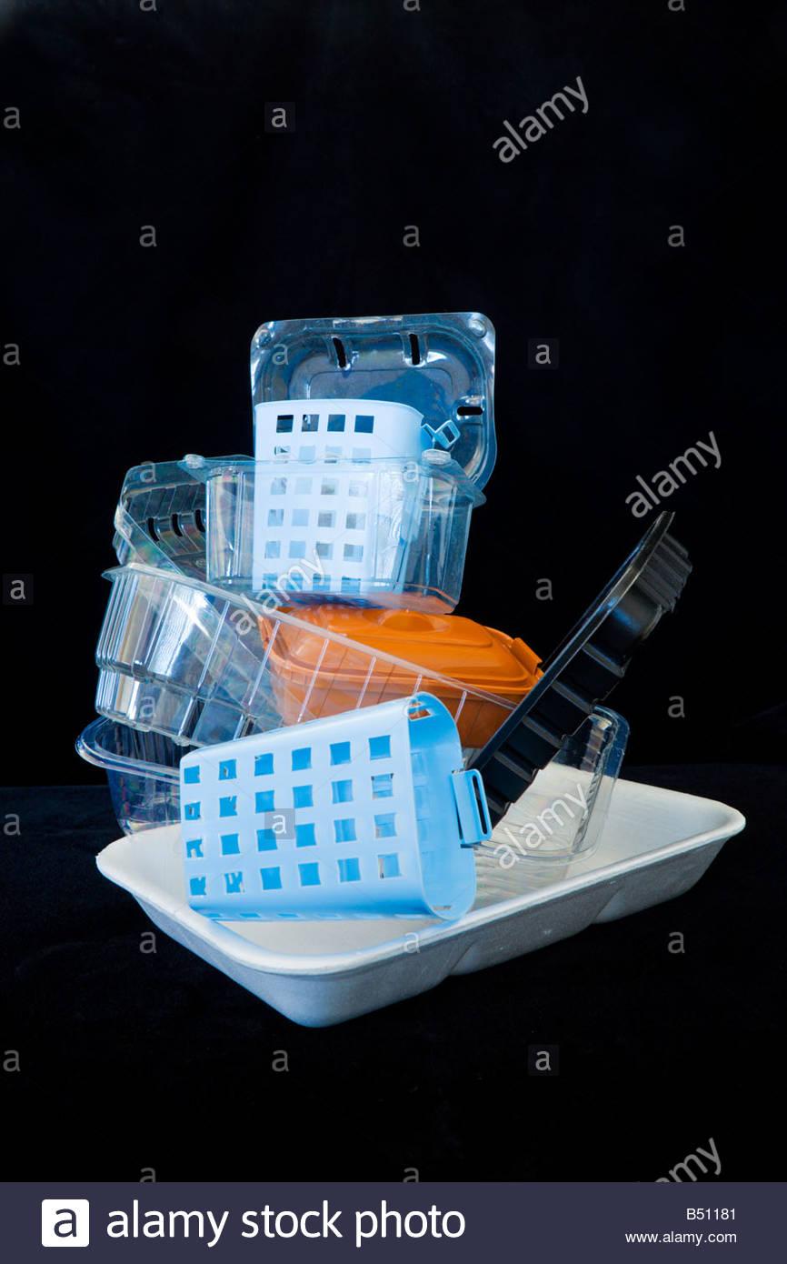 Stapel von EPS und Kunststoff Verpackung Speisetabletts vor schwarzem Hintergrund Stockbild