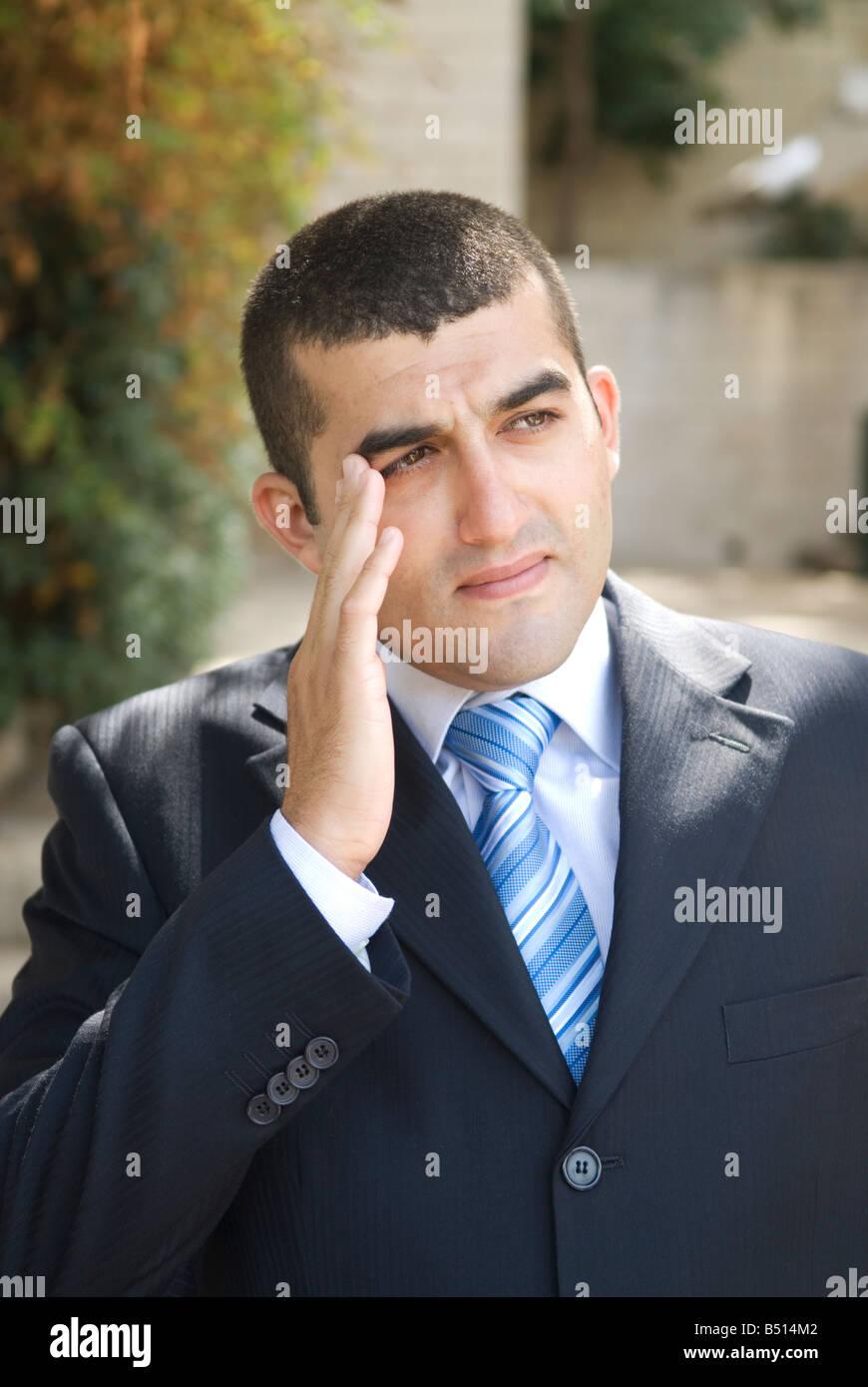 Business-Mann den Kopf in der hand versucht sich zu erinnern Stockbild