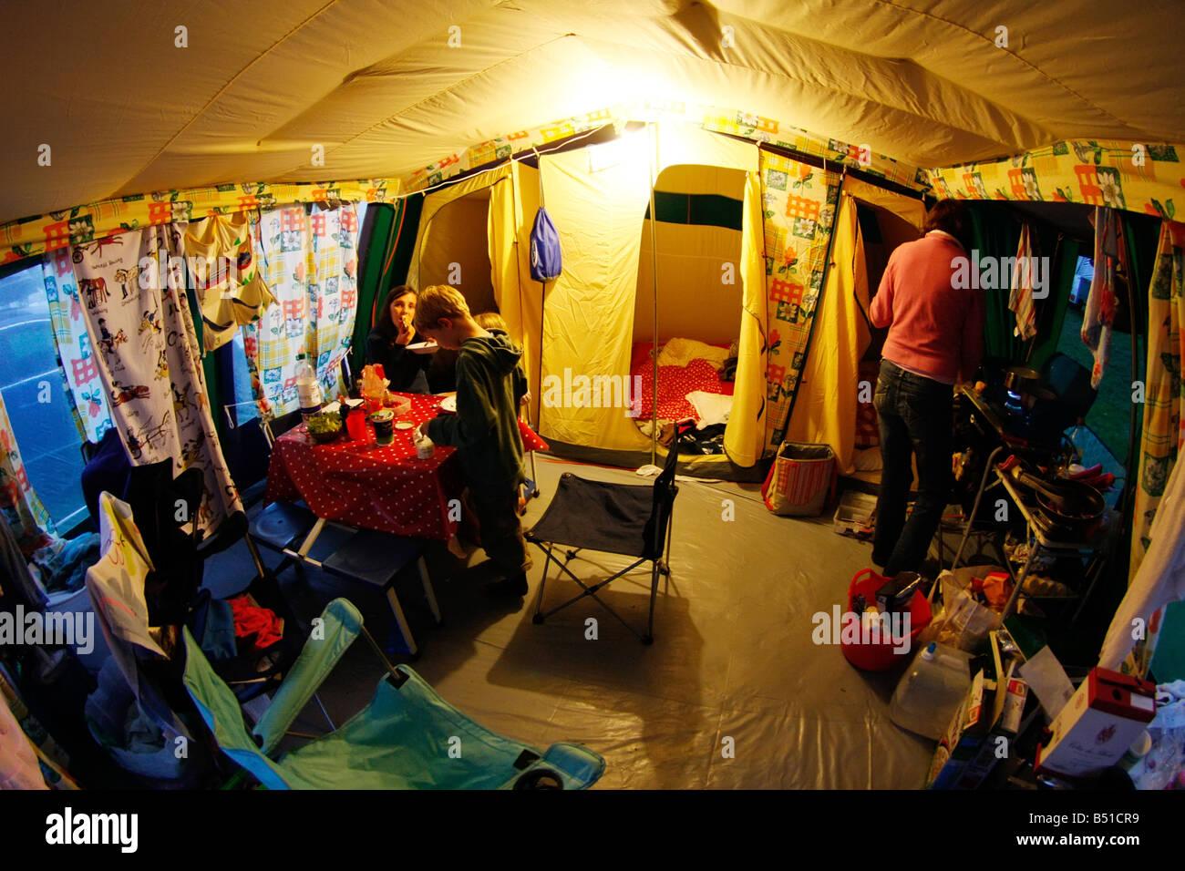 Innere des typischen Rahmen Zelt an einem dunklen Abend Stockfoto ...