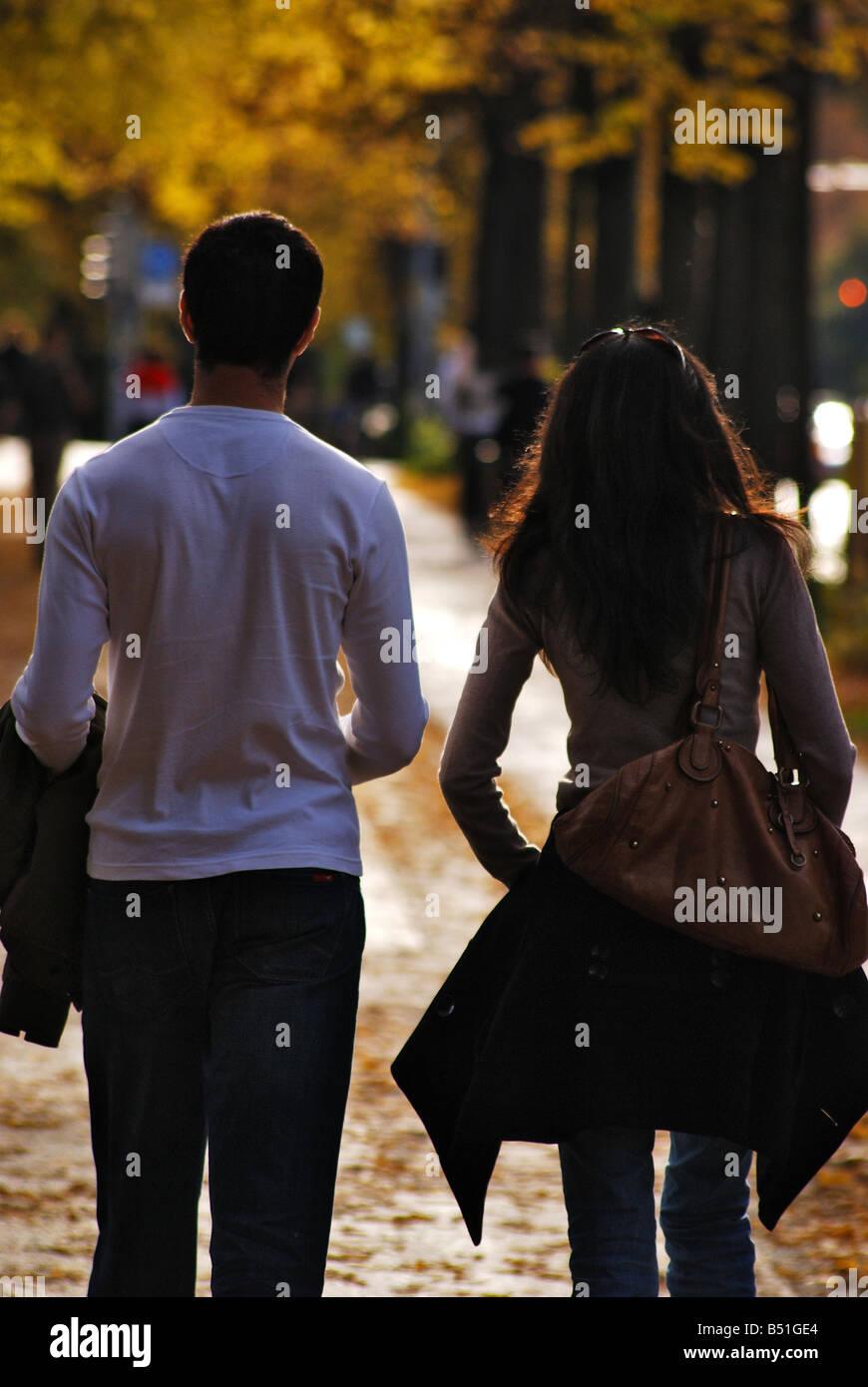 Junge Paare, die zusammen auf Fußweg. Stockfoto