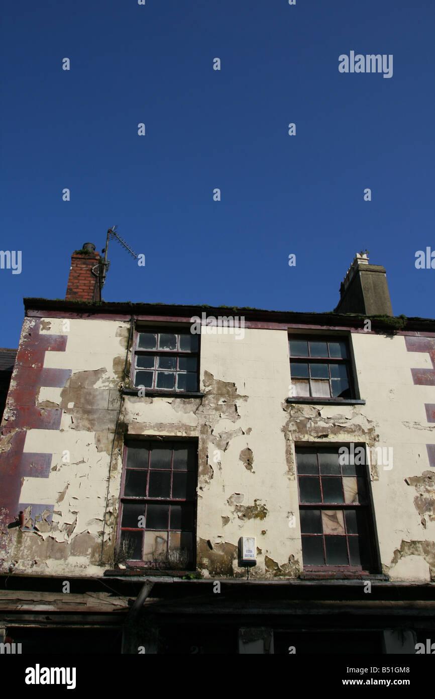 viele zerbrochene Fensterscheiben auf alte verfallene ...