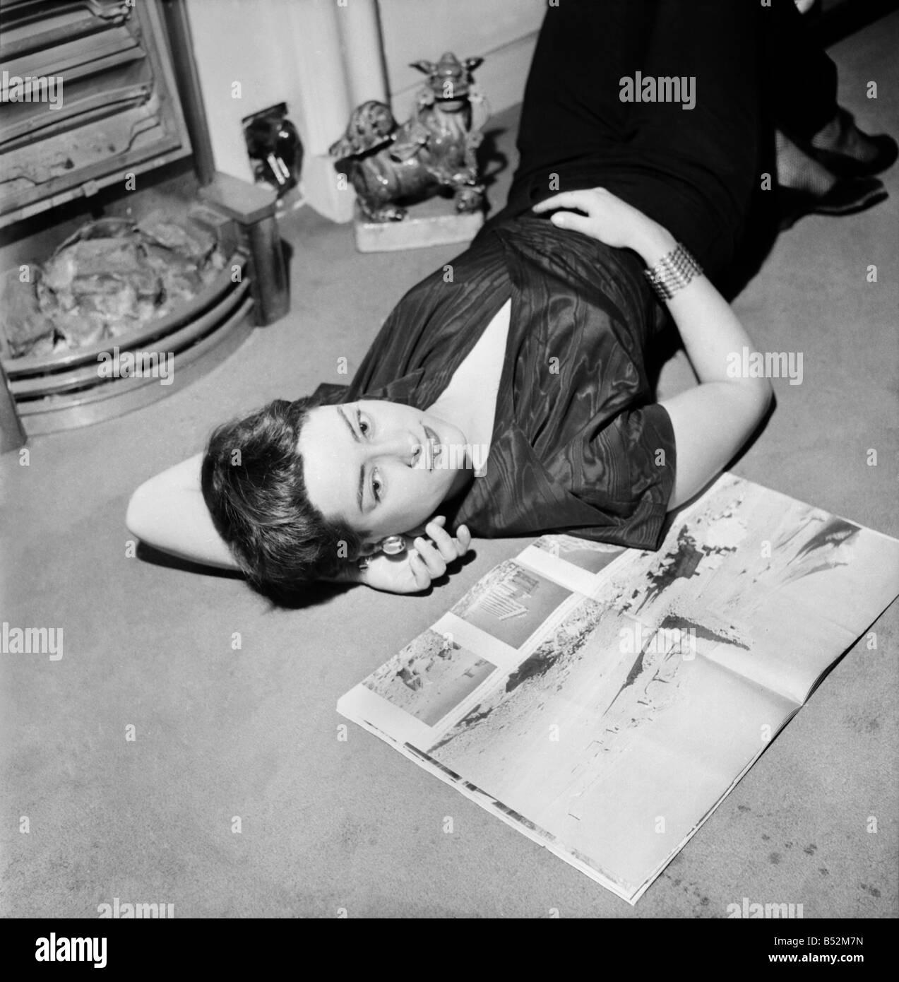 """Schauspielerin Gillian Owen star der """"1066 und alle, die"""".   Dezember 1952  Stockbild"""