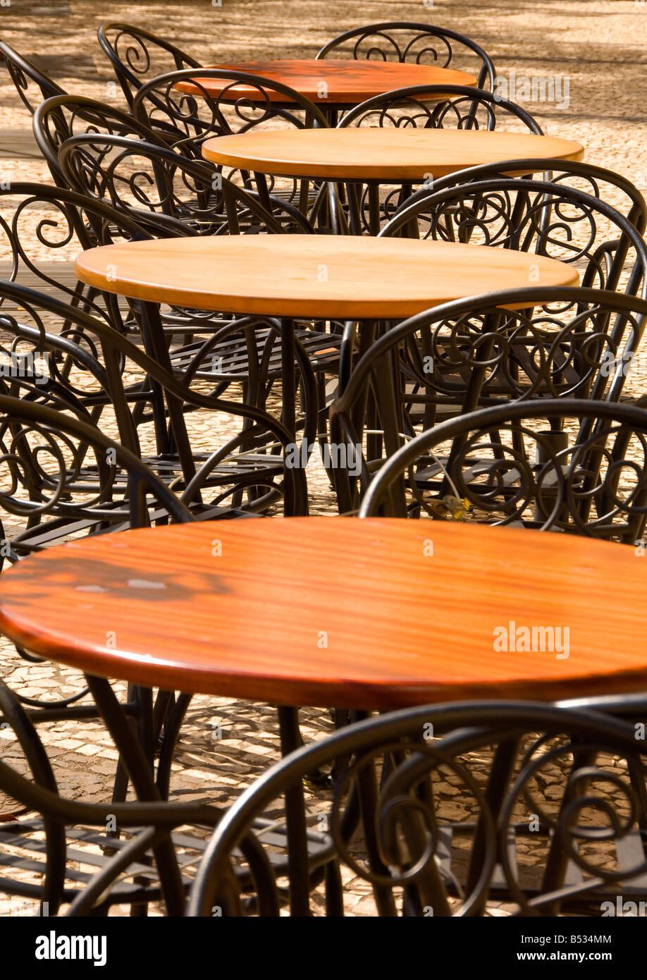 Außerhalb gekrönt Café mit leeren aus Holz, Runde Tische und Stühle ...