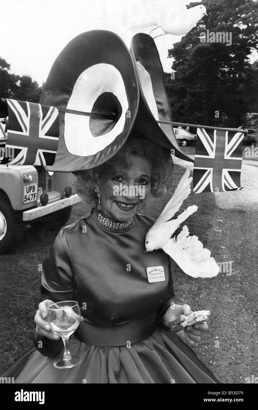 3f0e3c666934 Royal Ascot Eröffnungstag. Die Damen ihre besten Kleider aus Seide und  dümmste Hüte aufsetzen. Sie stolzierte herum wie überlegene  Falkland-Pinguine.