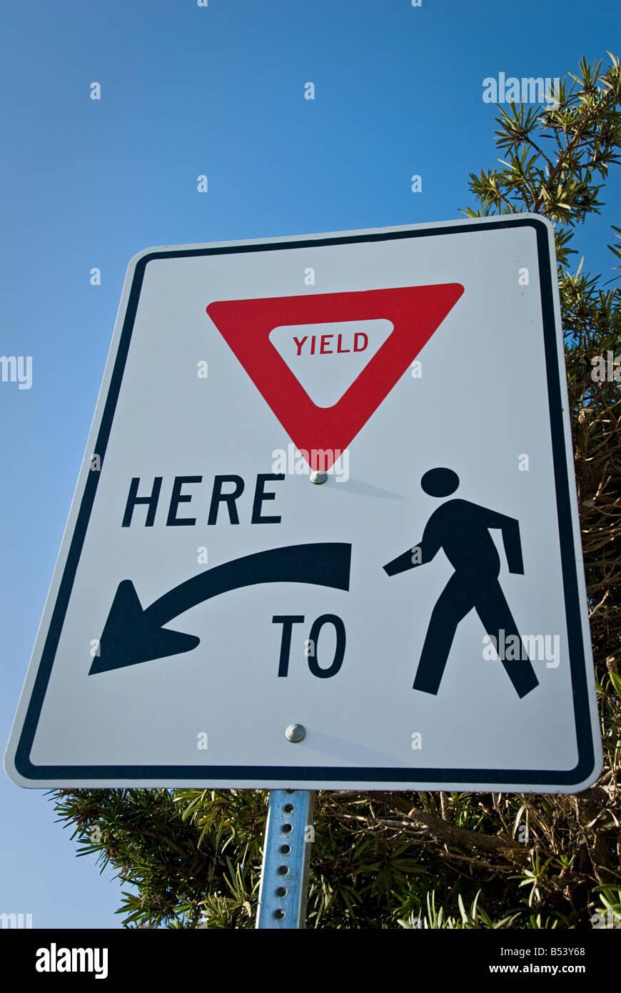 Ertrag hier zum fußgängerverkehr Zeichen Stockbild