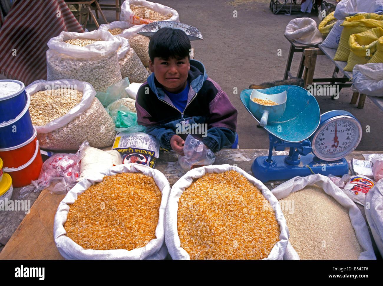 Ecuadorans, ecuadorianischen, Junge, Junge, Kind, Anbieter, Vorderansicht, indischen Markt, Markt, Marktplatz, zumbahua, Stockfoto