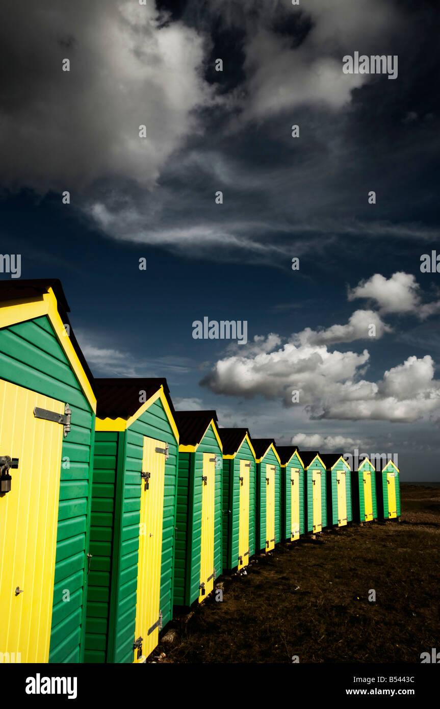 Bunte Strandhäuschen auf Littlehampton Strand West sussex Stockbild