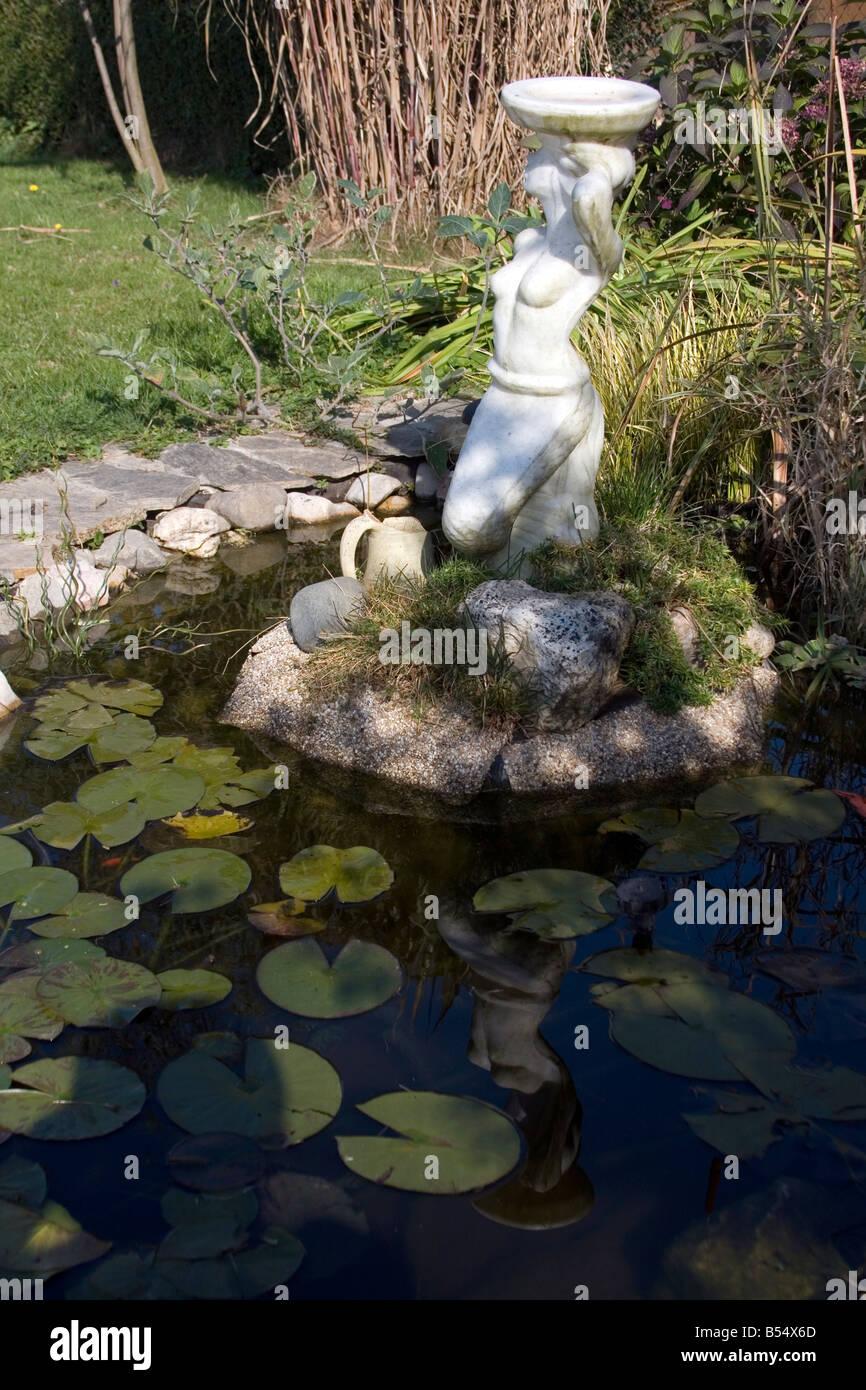 Europäischen Garten Mit Teich Statue Und Pflanzen Um Sie Herum