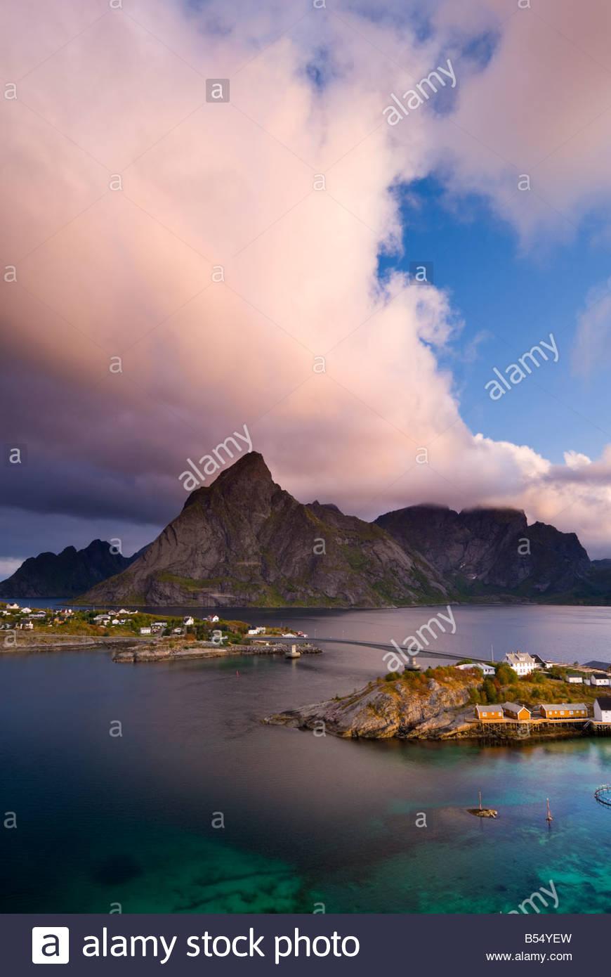 Wolken über den Gipfeln oberhalb Sakrisøy, in der Nähe von Reine, Lofoten Inseln, Norwegen. Stockbild