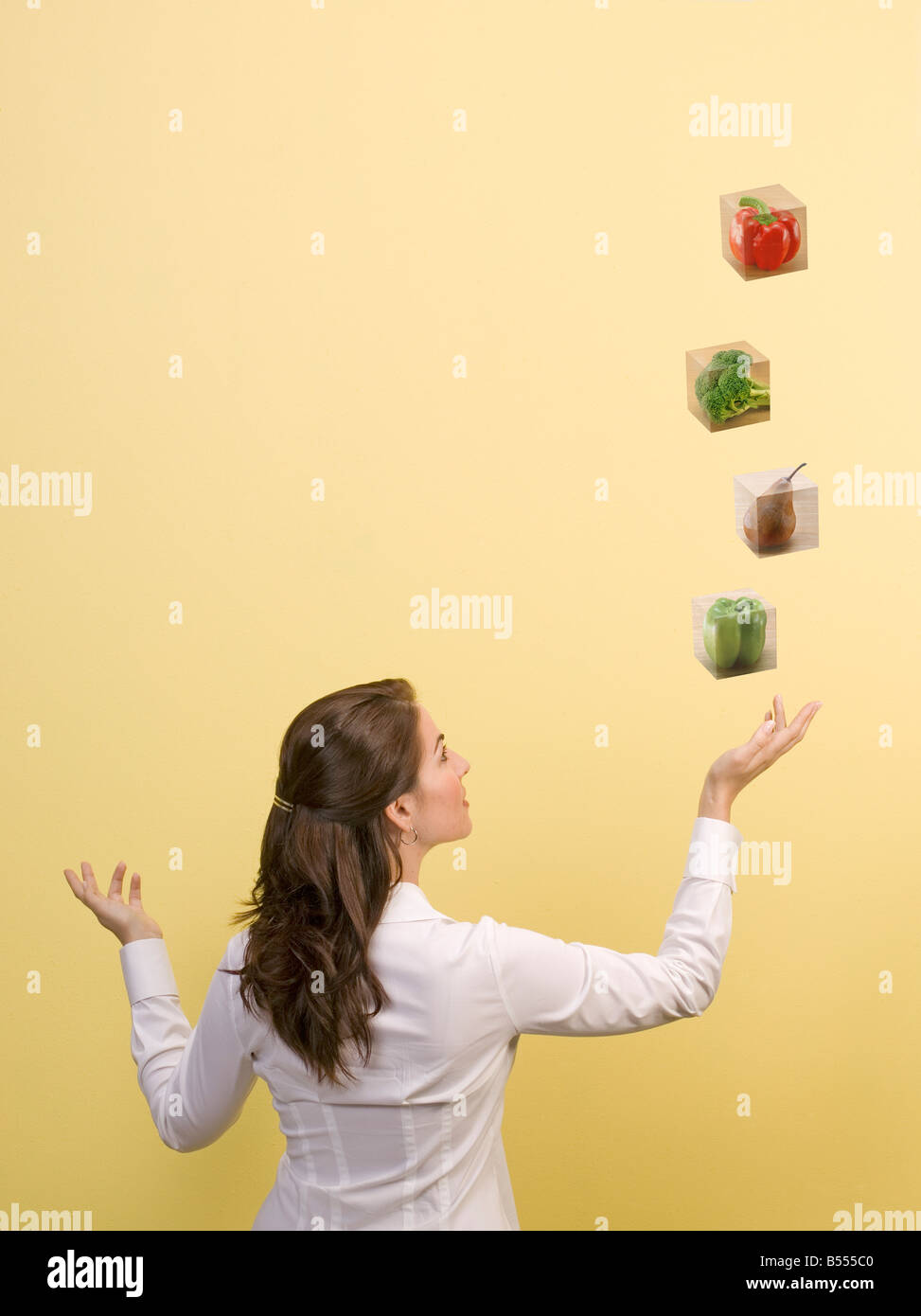 Frau wirft Futterblöcke in der Luft Ernährung Ernährung Gesundheit Essen Stockbild