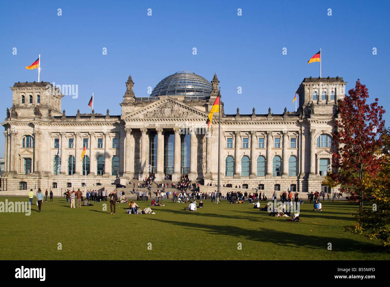 Berliner Reichstagsgebäude mit der Kuppel von Norman Forster im freien Stockbild