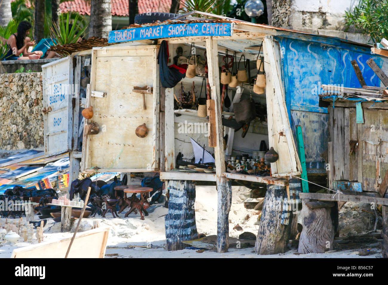 Foto Von Einem Souvenir Shop Auf Stelzen An Einem Belebten Strand An
