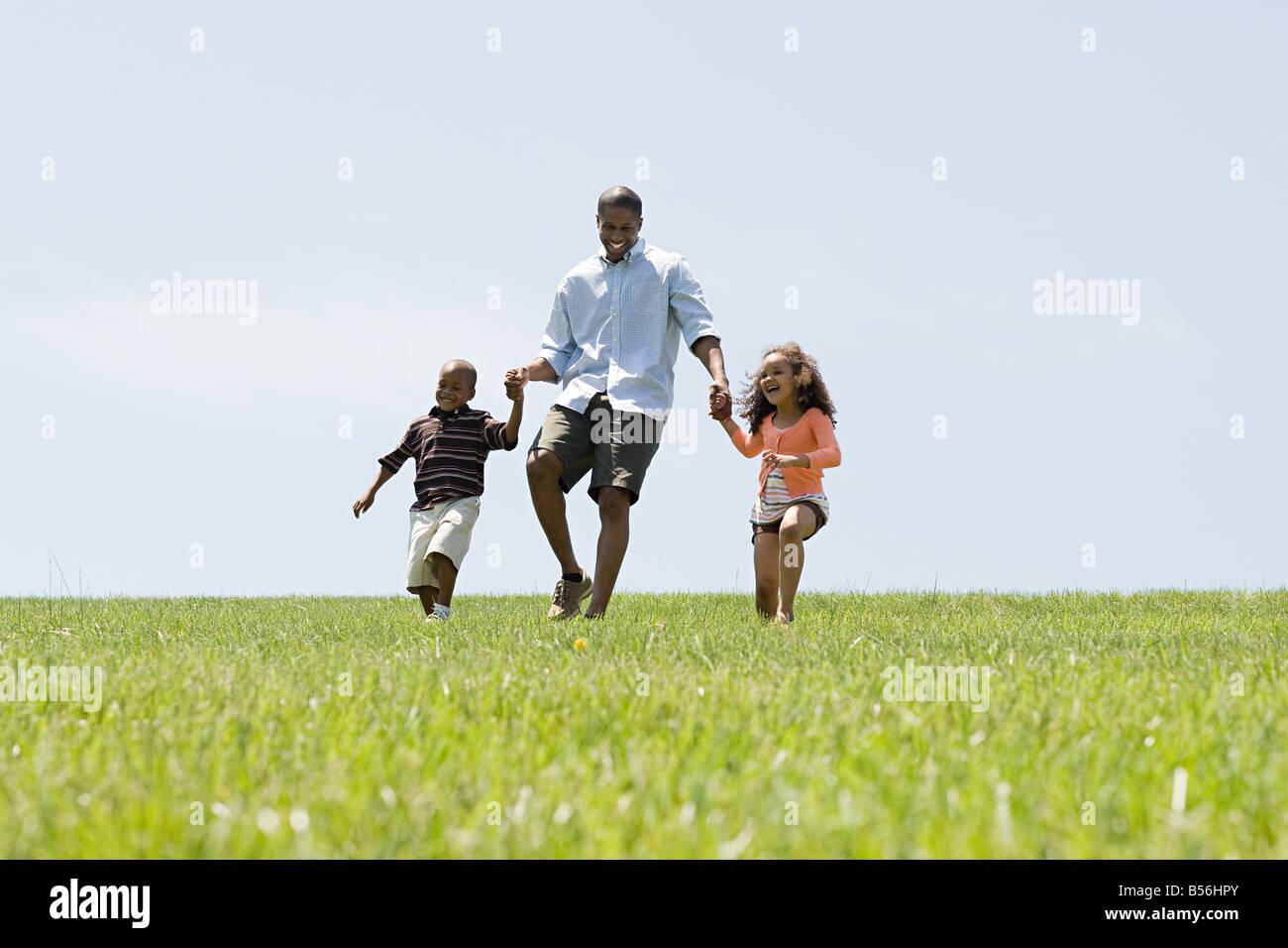 Vater und Kinder im Feld Stockfoto