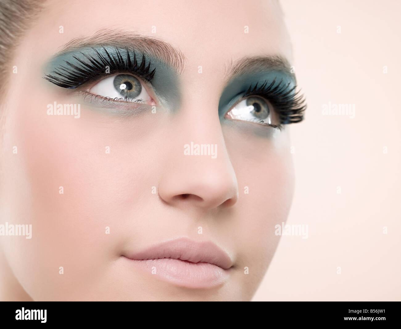 Einer jungen Frau mit falschen Wimpern Stockbild
