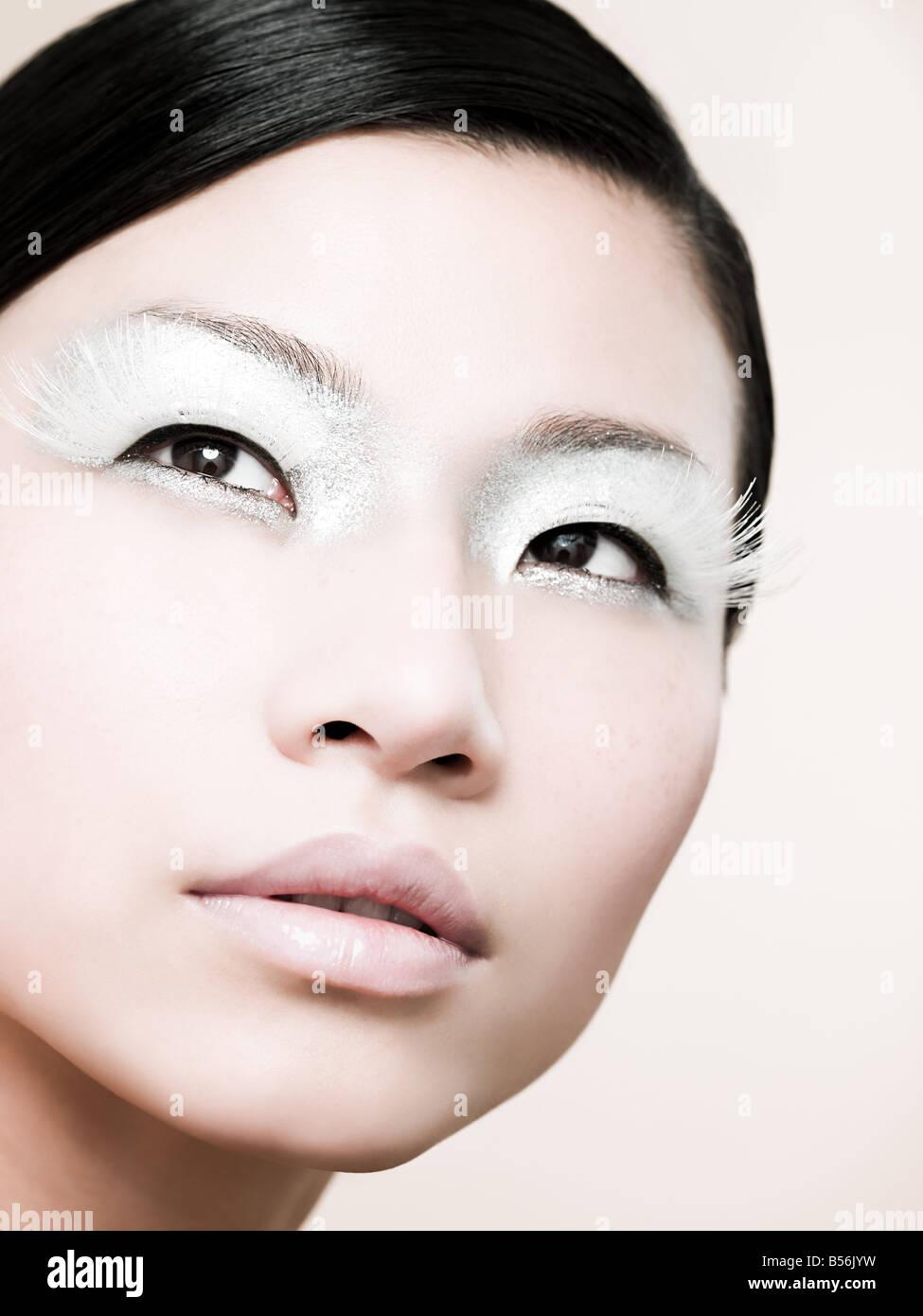 Eine junge Frau trägt einen falschen Wimpern Stockbild
