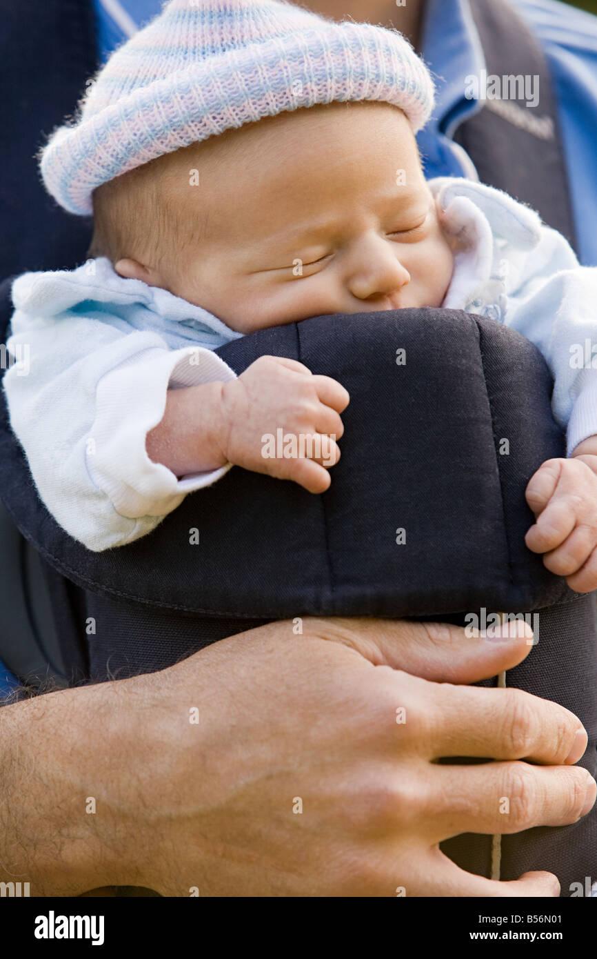 Ein Vater sein Baby im Tragetuch tragen Stockfoto