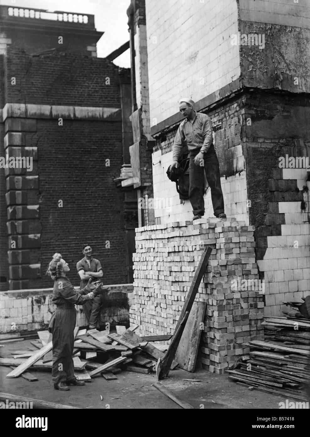 Weltkrieg Frauen: Nur 4 ft. 11 ins in der Höhe, Private Phyllis Lawrie, des ATS arbeitet Seite an Seite mit britischen und amerikanischen Stockfoto