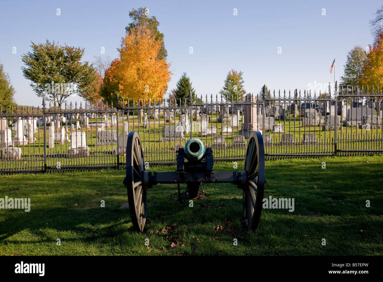 Eine Kanone steht Wache in Gettysburg National Military Cemetery. Stockbild