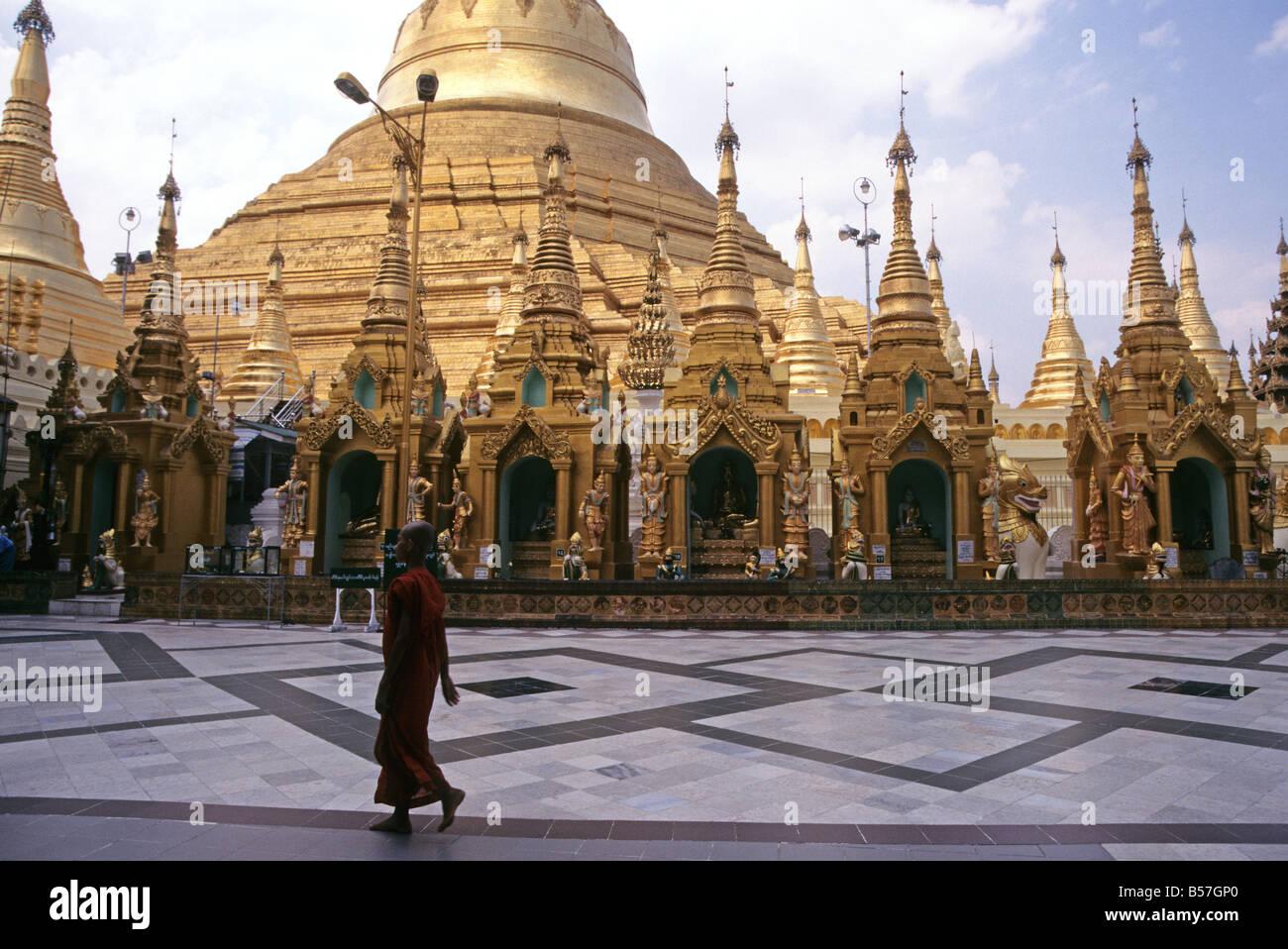 Einsamer Mönch auf Marmor Bereich vor goldenen Shwedagon-Pagode, Yangon, Myanmar (Burma), Südost-Asien Stockfoto