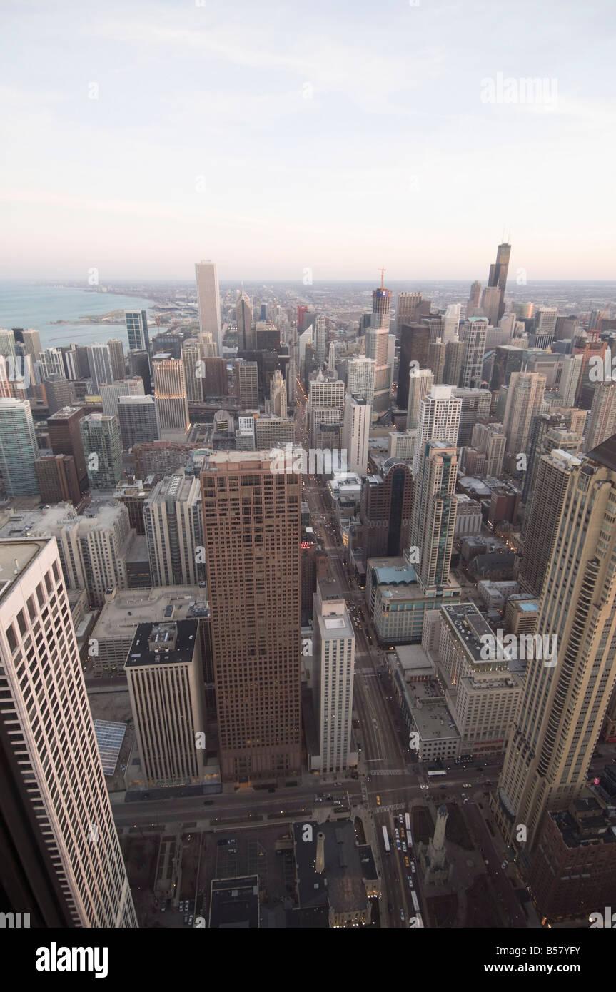 Chicago in der Abenddämmerung aufgenommen vom Hancock Building, Chicago, Illinois, Vereinigte Staaten von Amerika, Stockbild