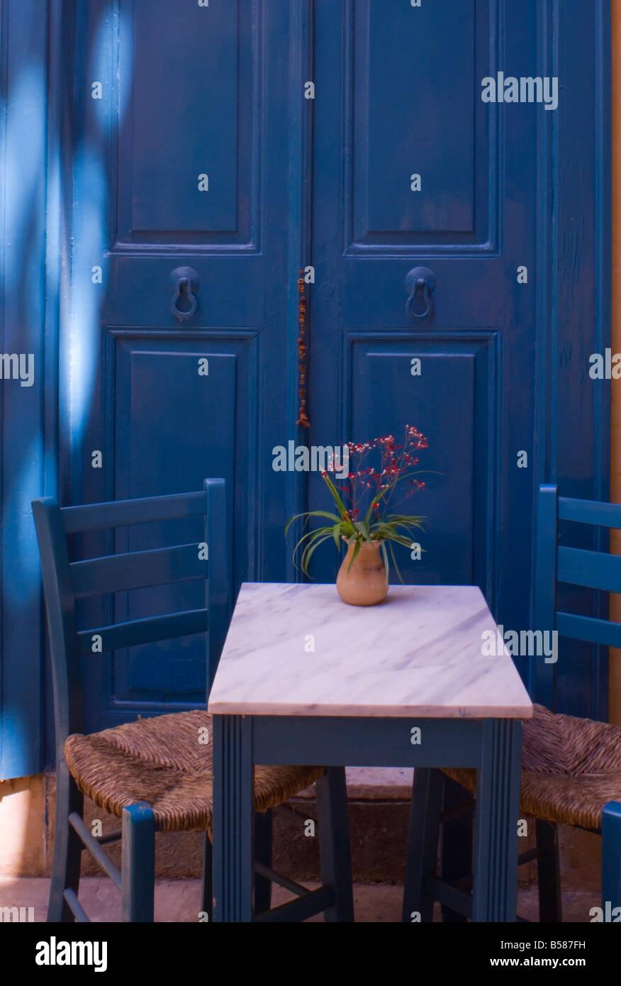 Traditionellen griechischen Stil gemalt, Tisch und Stühle im alten ...