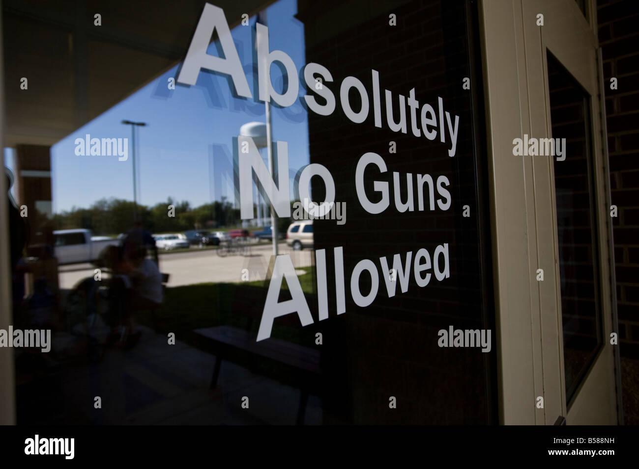 """Das """"Absolut keine Waffen erlaubt"""" Schild an der Eingangstür ein Jakobus-Mittelschule in St James, Stockbild"""