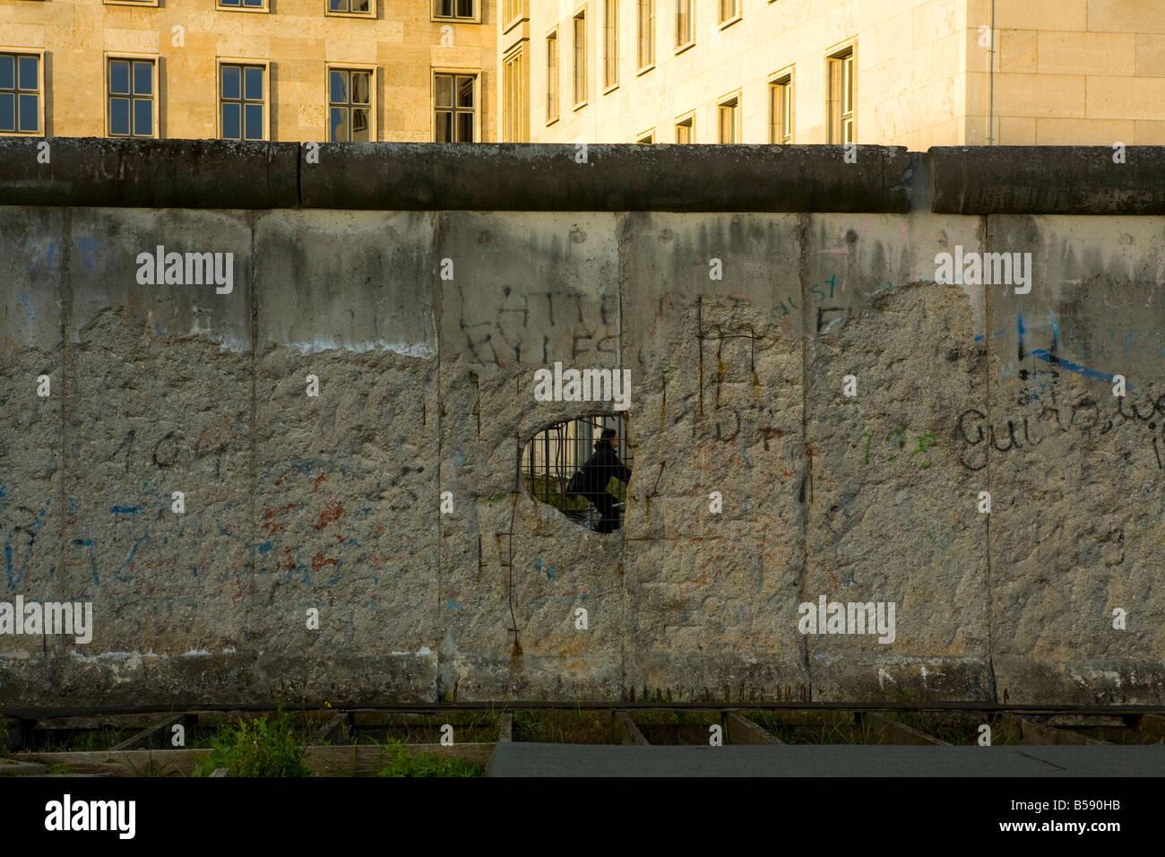 Blick durch die Berliner Mauer Stockbild