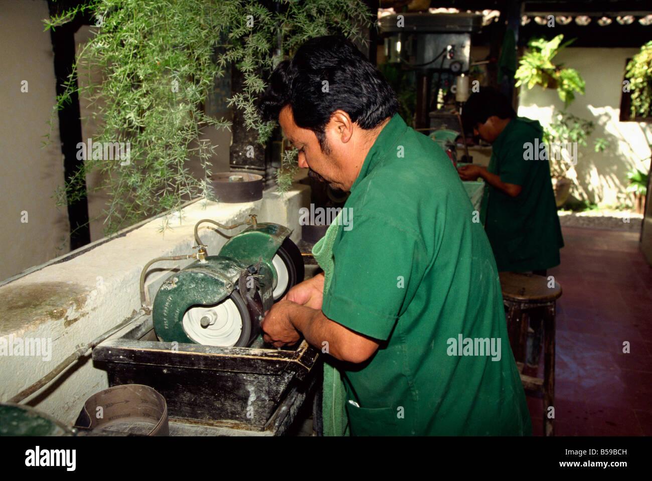 Nahaufnahme eines Arbeitnehmers Maya Abstammung Polieren mit der Maschine in einer jade-Fabrik in Antigua, Guatemala, Stockbild