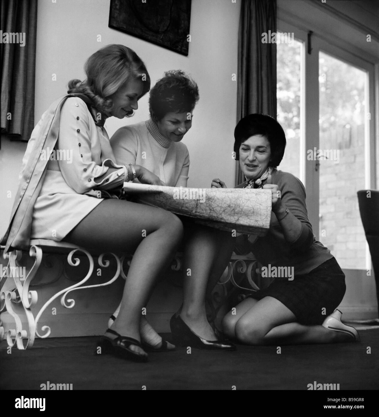 Personen: Frau: zwei Surrey s Hausfrauen, Peggy Preston, 35 und Vicky Courtney, 39 zusammen mit Vicky, 21 jährige Stockbild