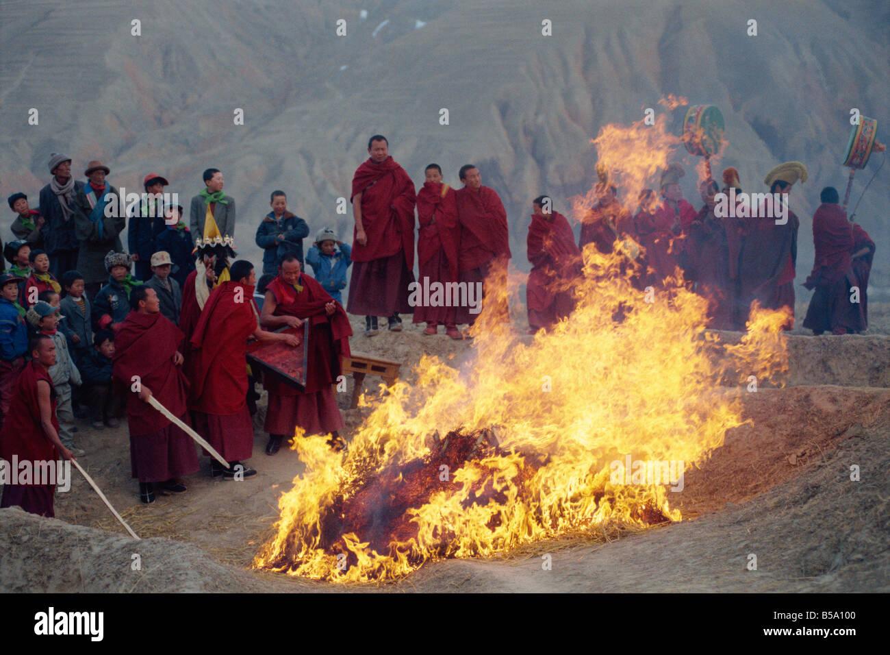 Brennen mit Losar Neujahr Tongren böse Qinghai China G Corrigan Stockbild
