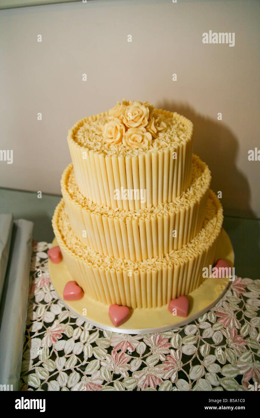 Eine Dreistufige Weisse Schokolade Hochzeitstorte Mit Rosen Und Rosa