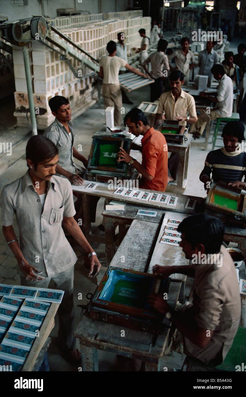 Innere der Fabrik Fliesen Keramik und Töpferei Bundesstaat Gujarat ...