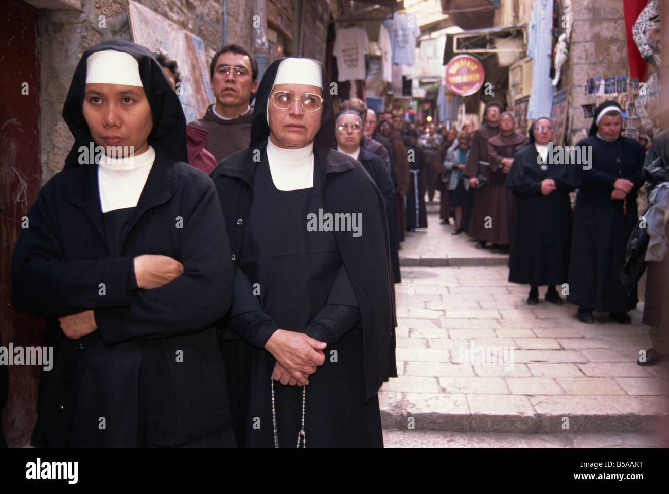 Mönche und Nonnen in einer franziskanischen Prozession entlang der Via Dolorosa in der alten Stadt von Jerusalem, Stockbild